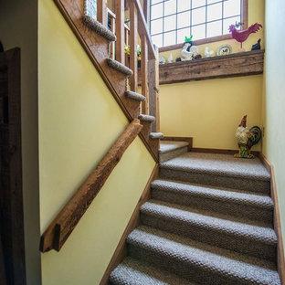 Diseño de escalera en U, de estilo de casa de campo, de tamaño medio, con escalones enmoquetados y contrahuellas enmoquetadas