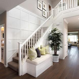 サンフランシスコのカーペット敷きのヴィクトリアン調のおしゃれなかね折れ階段 (カーペット張りの蹴込み板) の写真