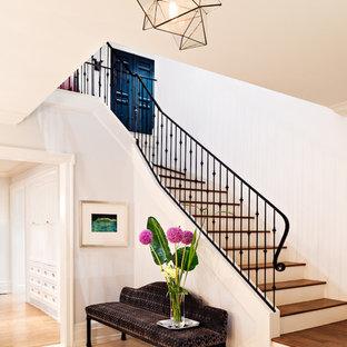 """Foto di una scala a """"L"""" tradizionale di medie dimensioni con pedata in legno e alzata in legno verniciato"""