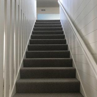 ミネアポリスの中サイズのカーペット敷きのカントリー風おしゃれな直階段 (カーペット張りの蹴込み板、木材の手すり) の写真