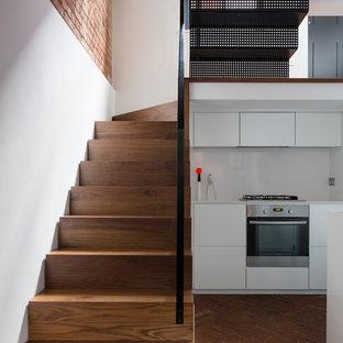 Modelo de escalera suspendida, urbana, pequeña, con escalones de madera y contrahuellas de madera