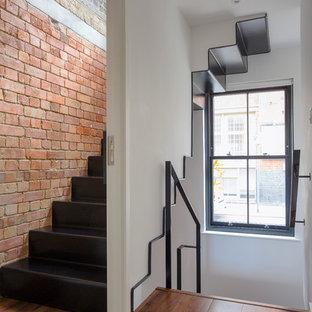 Идея дизайна: угловая лестница в стиле лофт с металлическими ступенями и металлическими подступенками