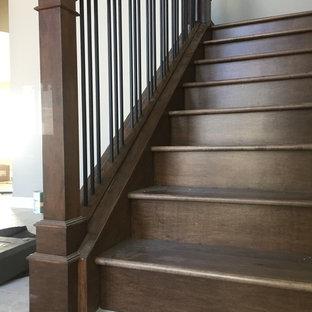 Modelo de escalera en L, de estilo americano, con escalones de madera, contrahuellas de madera y barandilla de varios materiales