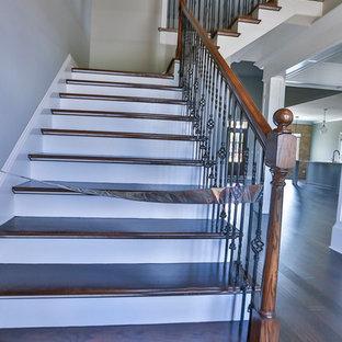 ナッシュビルのフローリングのモダンスタイルのおしゃれなかね折れ階段 (フローリングの蹴込み板) の写真
