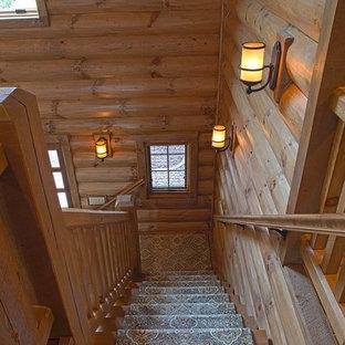 Imagen de escalera en L, rural, grande, con escalones de madera y contrahuellas enmoquetadas