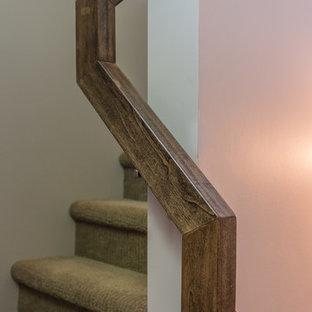 Modelo de escalera en U, de estilo americano, pequeña, con escalones enmoquetados, contrahuellas enmoquetadas y barandilla de cable