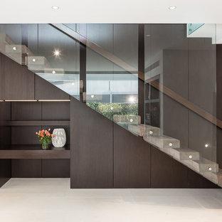 Пример оригинального дизайна: лестница на больцах в современном стиле с бетонными ступенями