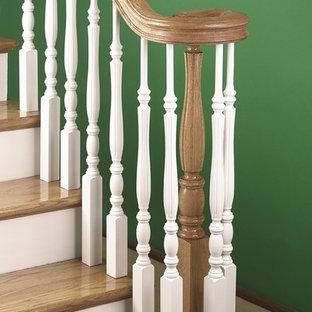 Diseño de escalera en L, clásica, con escalones de madera y contrahuellas de madera pintada