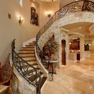 Пример оригинального дизайна: лестница в средиземноморском стиле с деревянными ступенями и подступенками из травертина