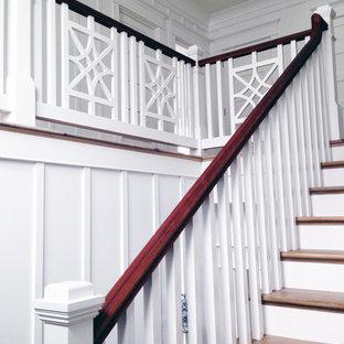 Foto de escalera recta, de estilo americano, con escalones de madera y contrahuellas de madera pintada