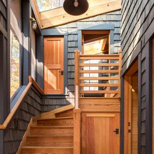 Foto de escalera en L, rural, pequeña, con escalones de madera, contrahuellas de madera y barandilla de madera