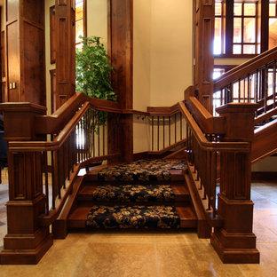 """Immagine di un'ampia scala a """"L"""" classica con pedata in legno e alzata in legno"""