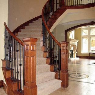 Ejemplo de escalera curva, clásica, grande, con escalones enmoquetados y contrahuellas enmoquetadas
