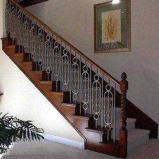 Cette image montre un escalier droit traditionnel de taille moyenne avec des marches en moquette et des contremarches en moquette.