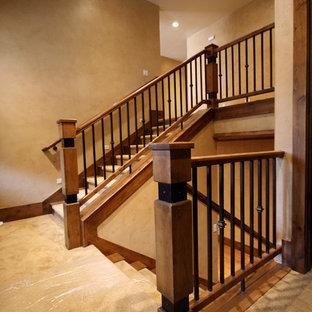 Ejemplo de escalera en U, tradicional, pequeña, con escalones enmoquetados y contrahuellas enmoquetadas