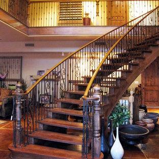 ソルトレイクシティの大きい木のトラディショナルスタイルのおしゃれな階段の写真