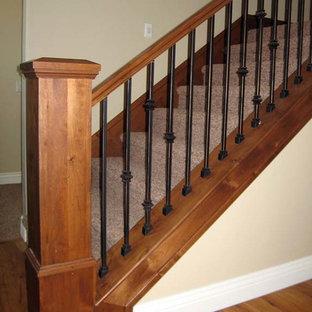 Ejemplo de escalera recta, tradicional, de tamaño medio, con escalones enmoquetados y contrahuellas enmoquetadas