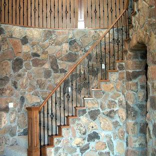Imagen de escalera curva, tradicional, grande, con escalones enmoquetados y contrahuellas enmoquetadas
