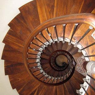 Imagen de escalera de caracol, tradicional, grande, con escalones de madera y contrahuellas de madera