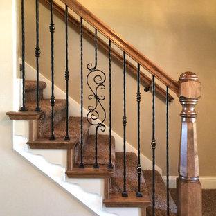 Diseño de escalera recta, clásica, pequeña, con escalones de madera y contrahuellas de madera