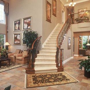 Ejemplo de escalera suspendida, clásica, grande, con escalones enmoquetados y contrahuellas enmoquetadas