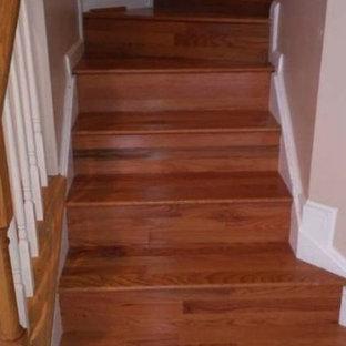Diseño de escalera curva, moderna, pequeña, con escalones de madera y contrahuellas de madera