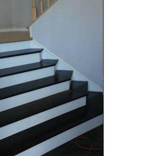 ワシントンD.C.の小さいフローリングのモダンスタイルのおしゃれなサーキュラー階段 (フローリングの蹴込み板) の写真