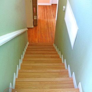 Ejemplo de escalera recta, pequeña, con escalones de madera y contrahuellas de madera