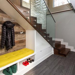 Exempel på en modern flytande trappa i trä, med sättsteg i trä