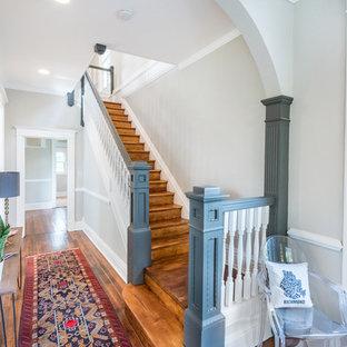 Idée de décoration pour un escalier droit victorien avec des marches en bois et des contremarches en bois.