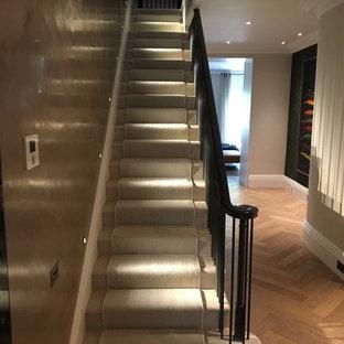 Imagen de escalera recta, clásica, grande, con escalones de mármol, contrahuellas de mármol y barandilla de metal