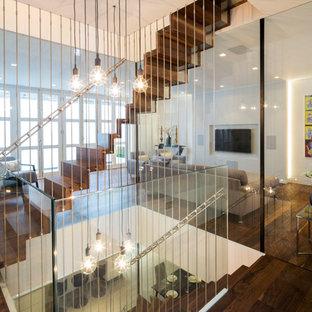 Diseño de escalera recta, minimalista, grande, con escalones de madera, contrahuellas de madera y barandilla de metal