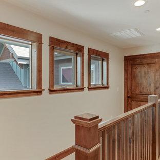 Diseño de escalera recta, de estilo americano, grande, con escalones enmoquetados, contrahuellas enmoquetadas y barandilla de madera