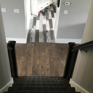 Imagen de escalera recta, ecléctica, de tamaño medio, con escalones de madera pintada y contrahuellas enmoquetadas
