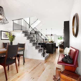 Foto på en funkis u-trappa i målat trä, med sättsteg i målat trä