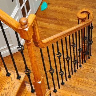 """Esempio di una scala a """"L"""" tradizionale di medie dimensioni con pedata in legno, alzata in legno verniciato e parapetto in materiali misti"""