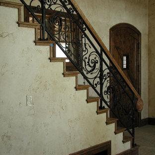 Modelo de escalera en L, de estilo americano, grande, con escalones de madera, contrahuellas de madera y barandilla de varios materiales