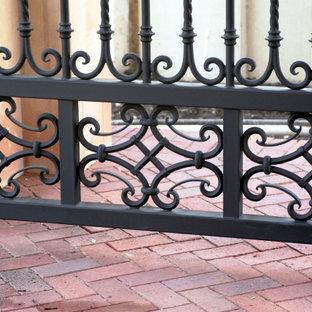 他の地域の中サイズのタイルのトラディショナルスタイルのおしゃれな直階段 (タイルの蹴込み板、金属の手すり) の写真
