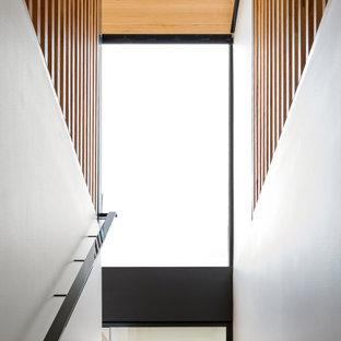 Foto de escalera suspendida y madera, costera, grande, sin contrahuella, con escalones de madera, barandilla de metal y madera