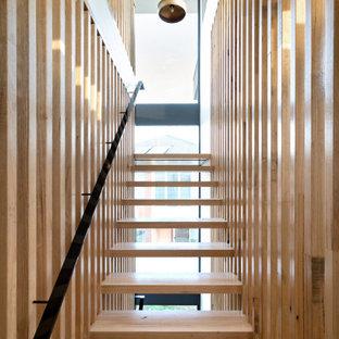 Modelo de escalera suspendida y madera, actual, grande, sin contrahuella, con escalones de madera, barandilla de metal y madera