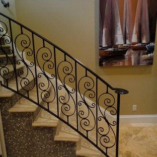 Ejemplo de escalera curva, clásica, grande, con escalones con baldosas y contrahuellas con baldosas y/o azulejos
