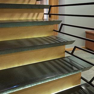 シアトルの中くらいのコンクリートのモダンスタイルのおしゃれな直階段 (木の蹴込み板) の写真