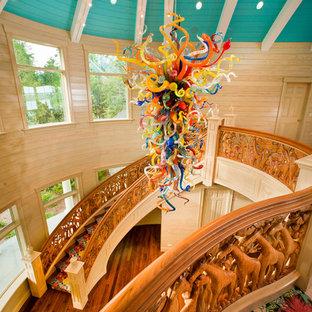 Gewendelte, Große Eklektische Holztreppe mit Holzgeländer in Sonstige