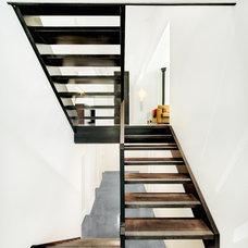 Modern Staircase by B. Gallant Homes Ltd.