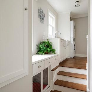 Imagen de escalera tradicional con escalones de madera y contrahuellas de madera pintada