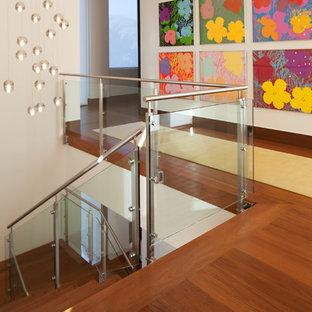 Свежая идея для дизайна: п-образная лестница среднего размера в стиле модернизм с деревянными ступенями, деревянными подступенками и деревянными перилами - отличное фото интерьера