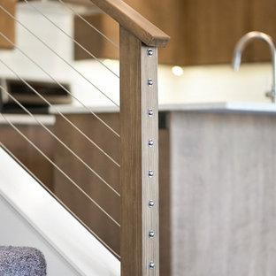 アルバカーキの中サイズのカーペット敷きのコンテンポラリースタイルのおしゃれな直階段 (カーペット張りの蹴込み板、ワイヤーの手すり) の写真