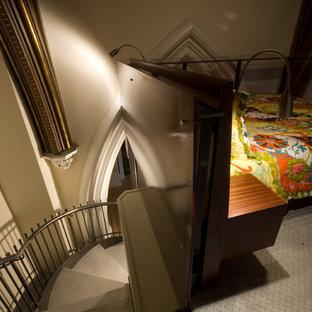 ボストンの中サイズの金属製のエクレクティックスタイルのおしゃれな階段の写真