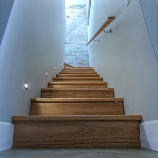 Diseño de escalera en L, actual, pequeña, con escalones de madera y contrahuellas de madera