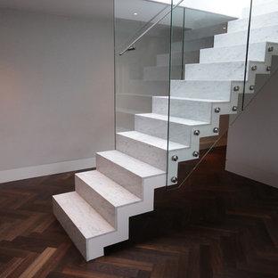 Esempio di una scala a rampa dritta contemporanea con pedata in marmo, alzata in marmo e parapetto in vetro
